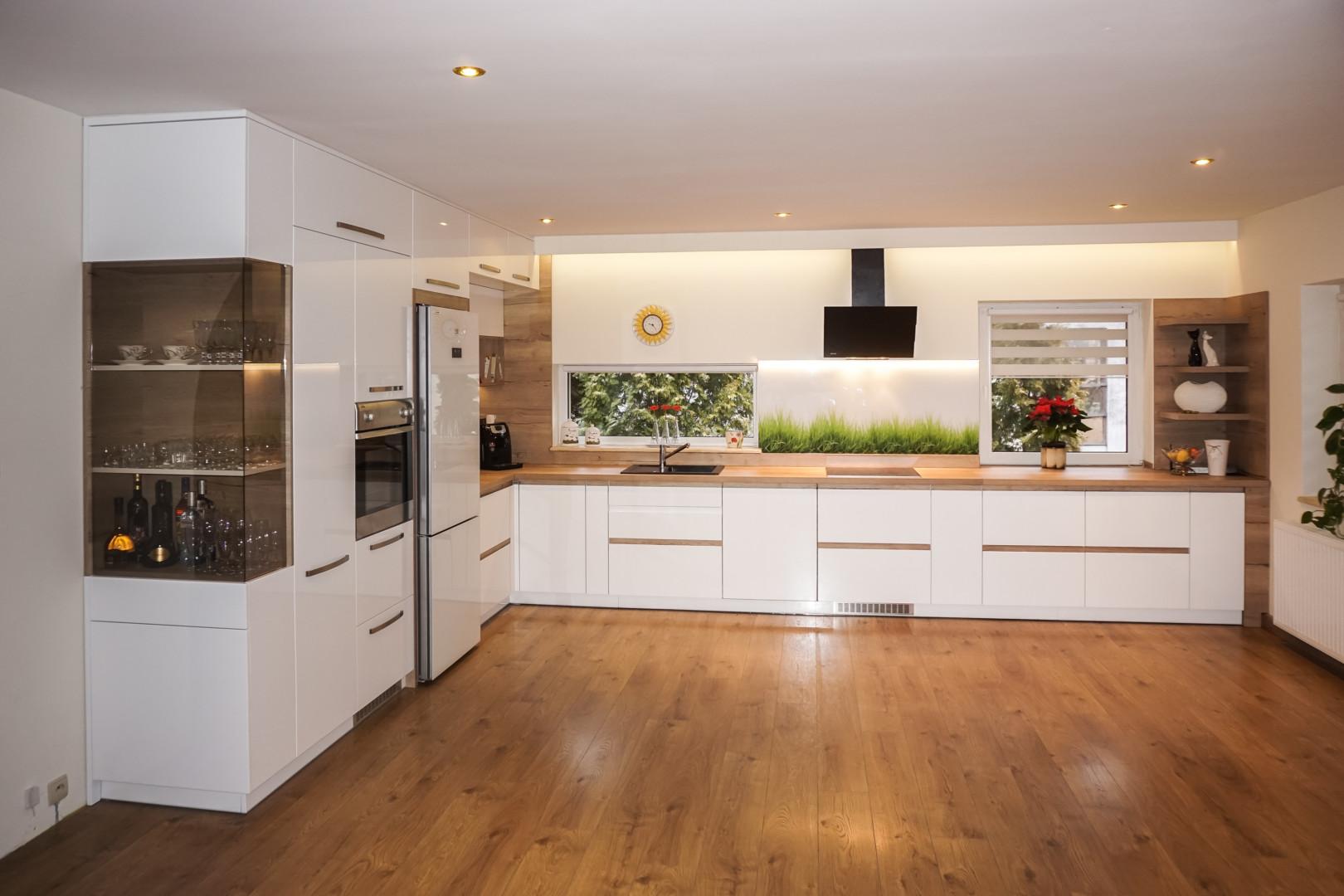 Kuchnia polaczenie bieli i drewna 8