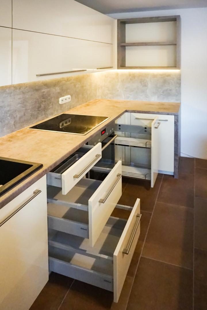 Kuchnia biała z szarym kamieniem