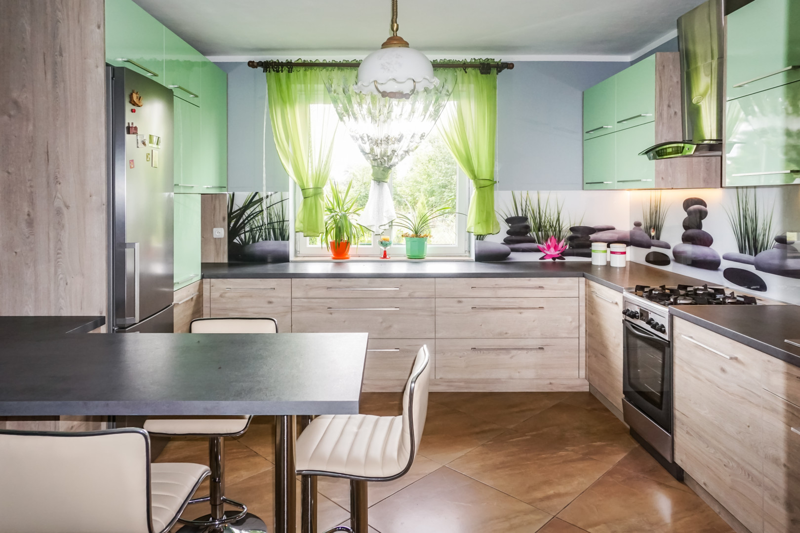 Kuchnia połączenie zielonego lakieru i drewna
